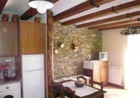 Comedor con paredes de piedra y mobiliario