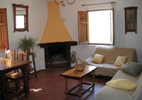 Salón con chimenea y zona comedor