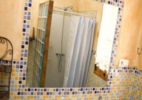 Amplio baño con espejo