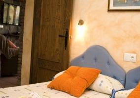 Dormitorio con cabezeros de color azul