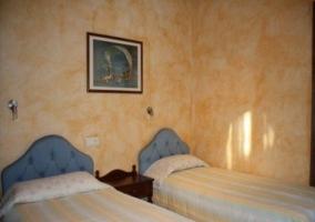 Dormitorio con paredes pintadas con estucos