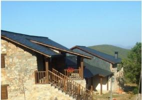Otra vista de la entrada con varias macetas de barro cocido y tejado de pizarra