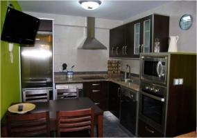 Vista general de la cocina y del salón