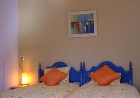 Habitación con baño propio y lámpara de mesita encendida