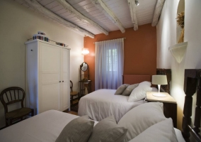 Dormitorio con varias camas