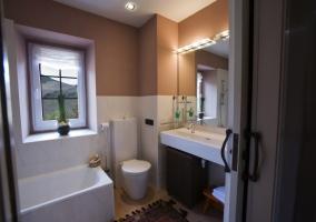 Baño con amplio espejo y ventana
