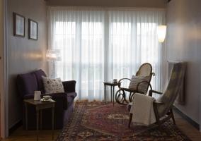 Descansillo con sofá y alfombra
