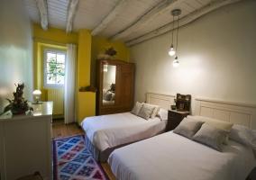 Dormitorio amarillo con armario