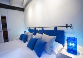 Equipada cama azul con encantadora lámpara