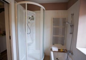 Baño con ducha de hidromasaje
