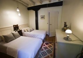 Dormitorio amplio con cómoda