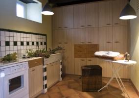 Cocina tipo office con tabla de planchar