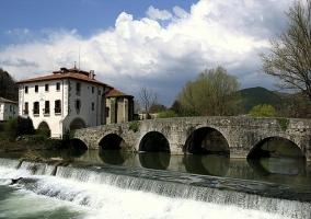 Embalse y puente cercano a Pamplona