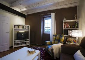 Salón con sofá y televisión