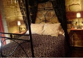 Dormitorio con cama de matrimonio y lámpara de la casa rural