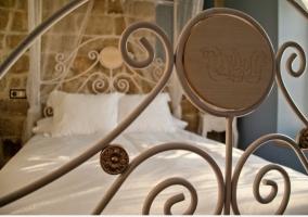 Cama de matrimonio con dosel de forja de la casa rural