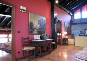 Sala de estar y comedor en la planta alta con suelos de madera