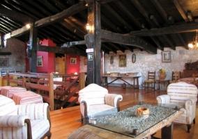 Sala de estar y comedor en la planta alta y detalles