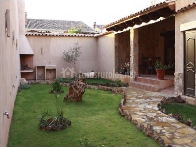 Casa rural el vallejo en valverdejo cuenca for Barbacoa piedra volcanica jardin