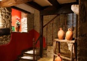 Salón con sofá y muros de piedra