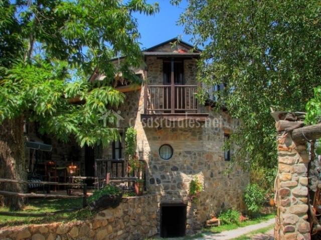 Porche y fachada de la casa