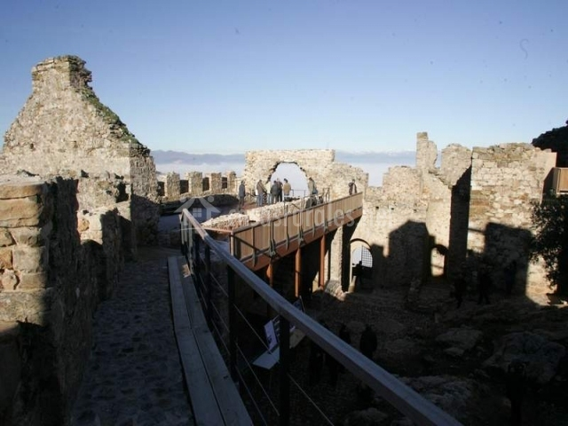 Castillo de cornatel y su muralla adaptada para visitas