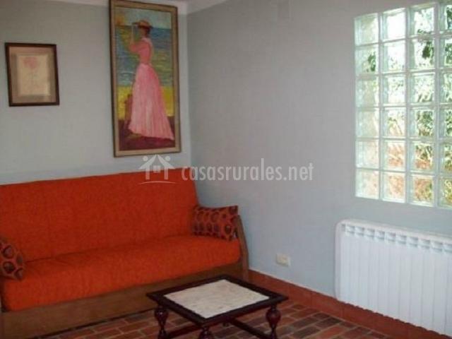 Casa inura casas rurales en el barraco vila - Salon con sofa rojo ...