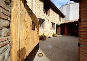 Puerta de entrada a la casa rural con patio