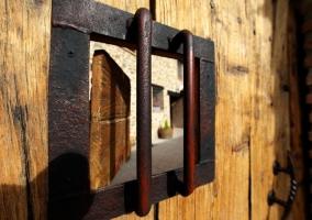 Mirilla del portón de la casa rural