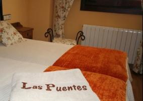 Dormitorio con camas individuales en el interior de la casa