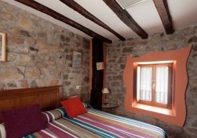 Habitación con dos camas y dos ventanas