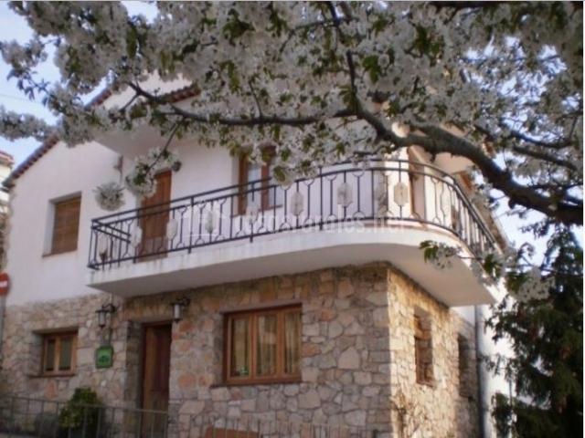 Acceso principal a la vivienda con balcones