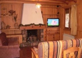 Sala de estar con chimenea en la parte central