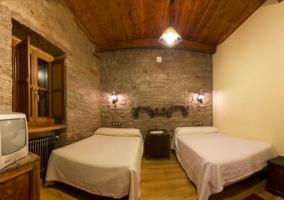Habitación con techo de madera