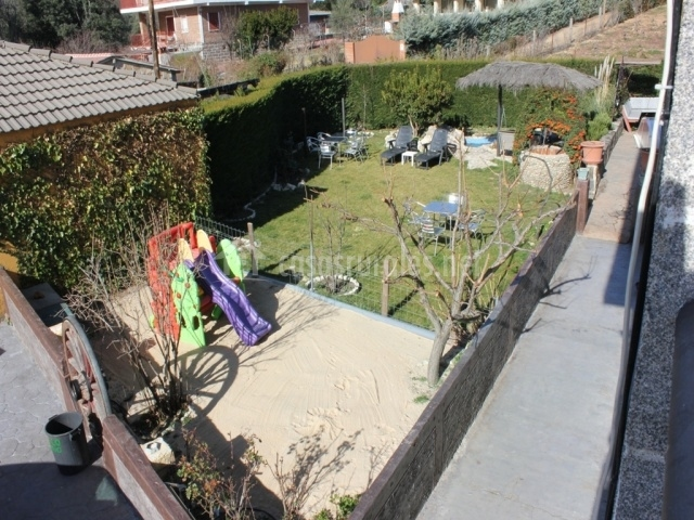 Jardín con zona infantil