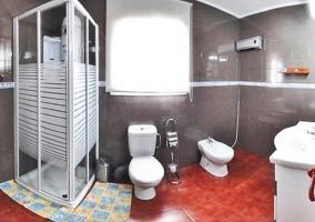 Cuarto de baño con ducha, vista