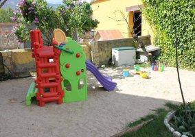 Jardín con juegos para niños