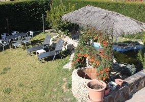 Jardín con mobiliario de exterior