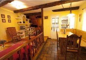 Salón-comedor con vigas vistas de madera