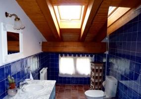 habitación amarilla con azulejo