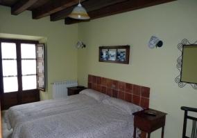 habitación rosa con madera
