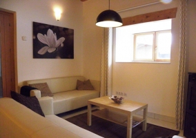 Sala de estar con amplia mesa de madera