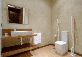 Baño adaptado a personas con movilidad reducida