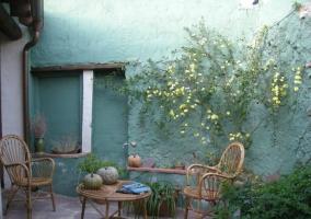 Acceso a porche y patio exterior