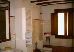 Baño con amplia ventana