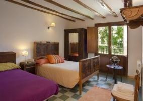 Dormitorio doble con armario y balcón