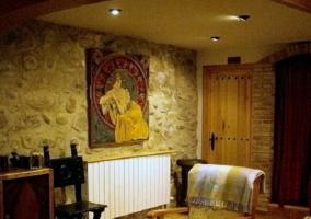 Sala de estar con paredes empedradas