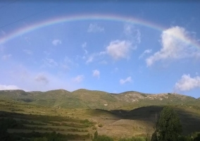 Zona natural con arcoiris