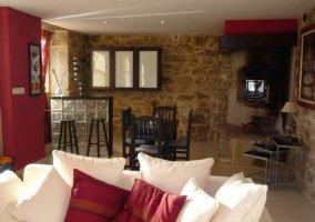 Sala de estar con pared en color burdeos