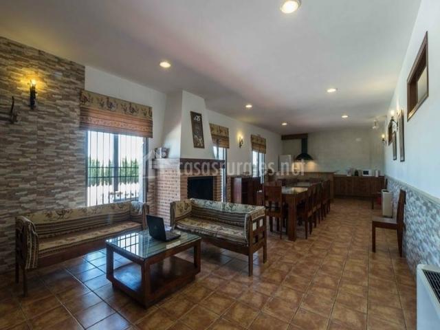 Amplia sala con cocina y chimenea